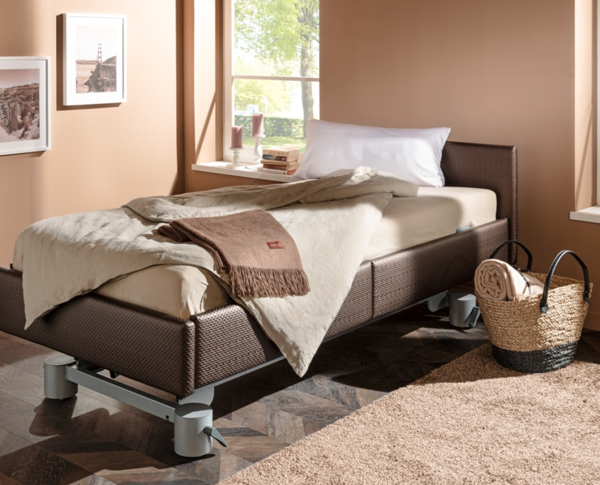 Pflegebett erhöht durch automatische Liftfunktion
