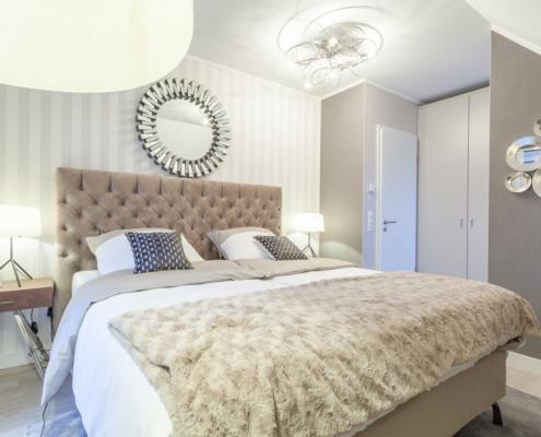Helles Schlafzimmer mit braunen Polsterbett