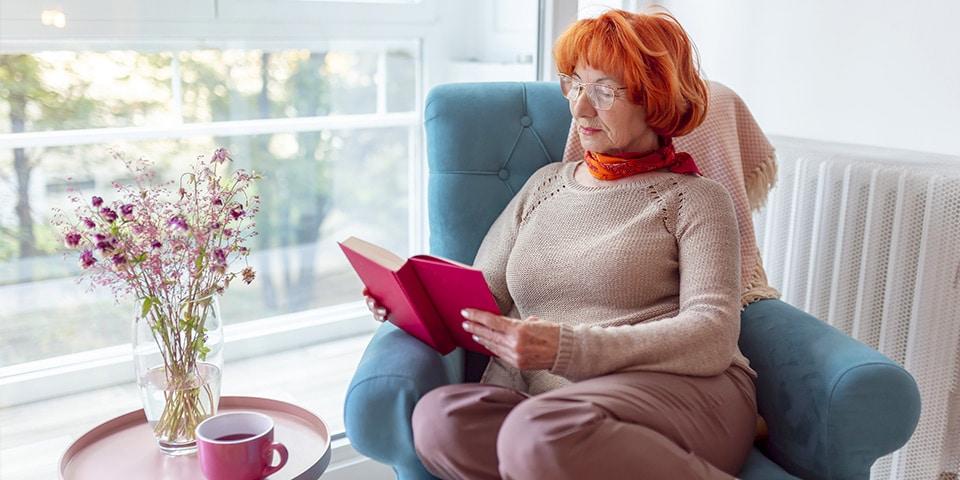 Frau sitzt in Fernsehsessel - Seniorensessel