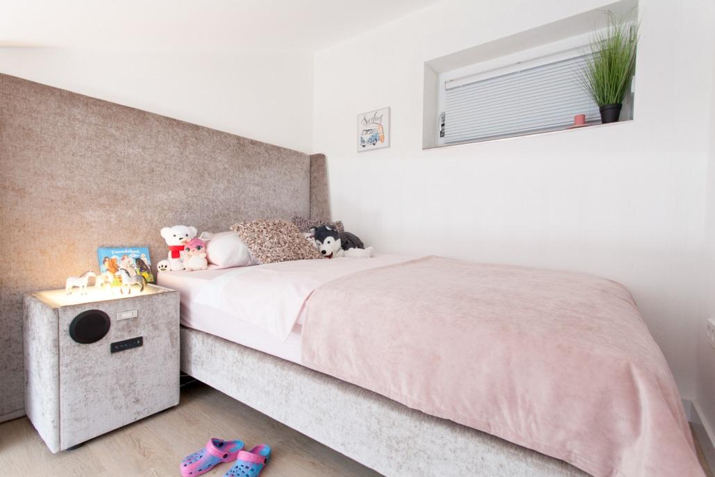 Kinderzimmer Schlafplatz mit Bett und Nachttisch