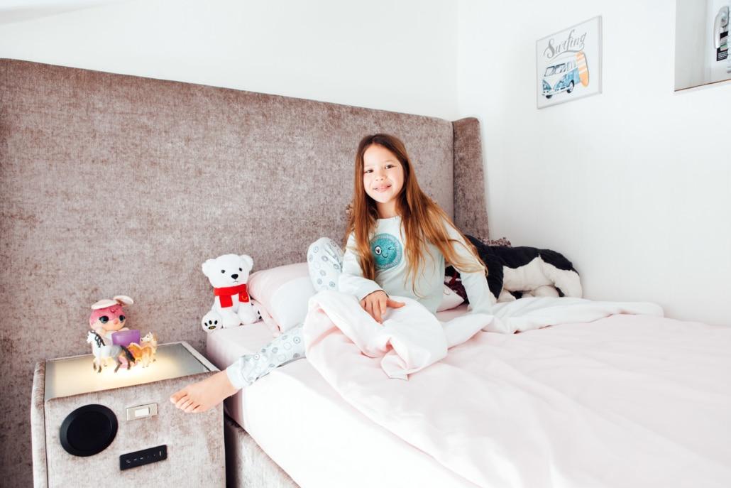 Schlafplatz im Kinderzimmer mit Stoffbett