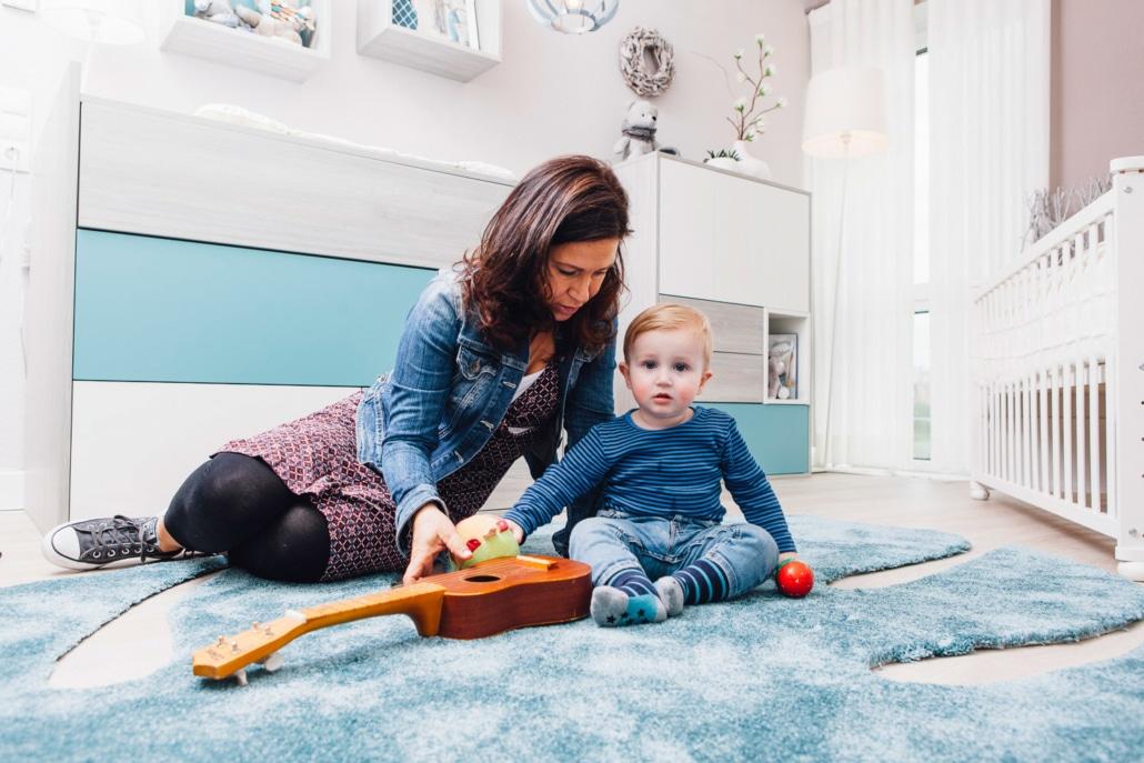 Mama und Kind im Babyzimmer