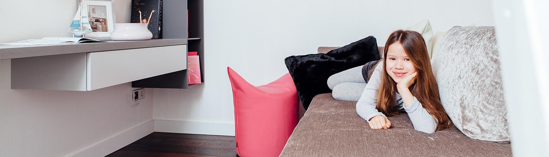 Modernes kindliches Zimmer mit Sofa